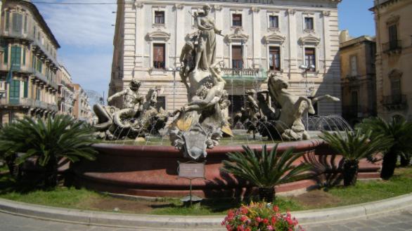 Siracusa, Fontana Diana di piazza Archimede cade a pezzi