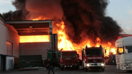Mortara, brucia un deposito di rifiuti speciali e c'è rischio diossina