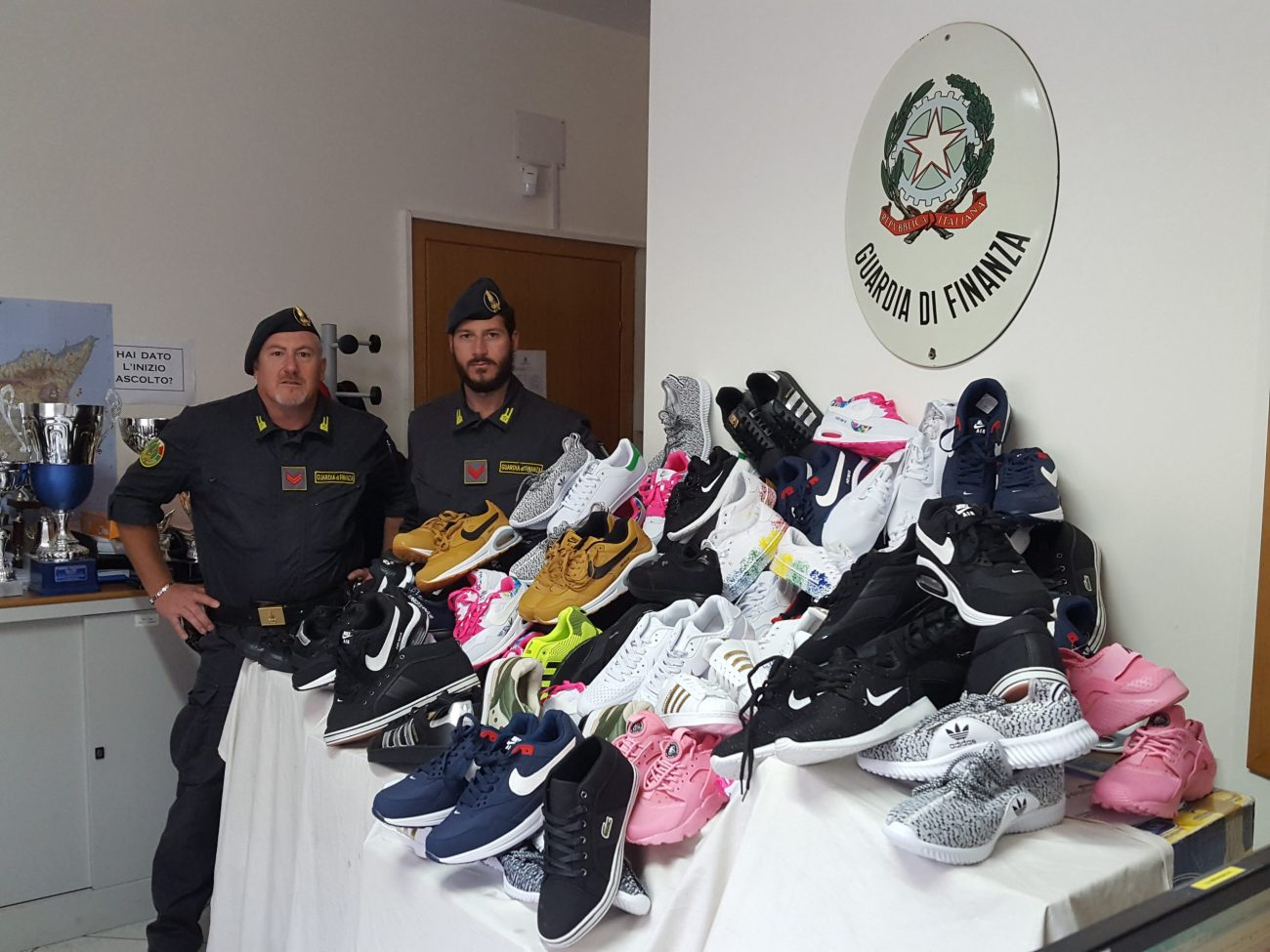 Mussomeli, sequestrate 338 paia di scarpe e 93 borse griffate contraffatte
