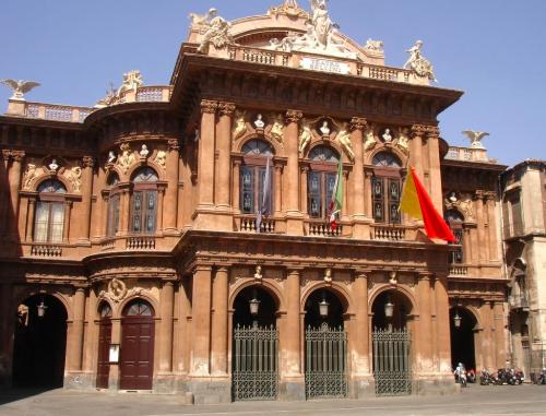 """Teatro Bellini, sindacati: """"Dove sono i soldi per la stabilizzazione dei precari?"""""""