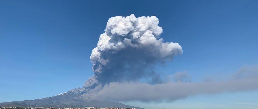 Etna, esplosioni e scosse di terremoto aeroporto di Catania Fontanarossa