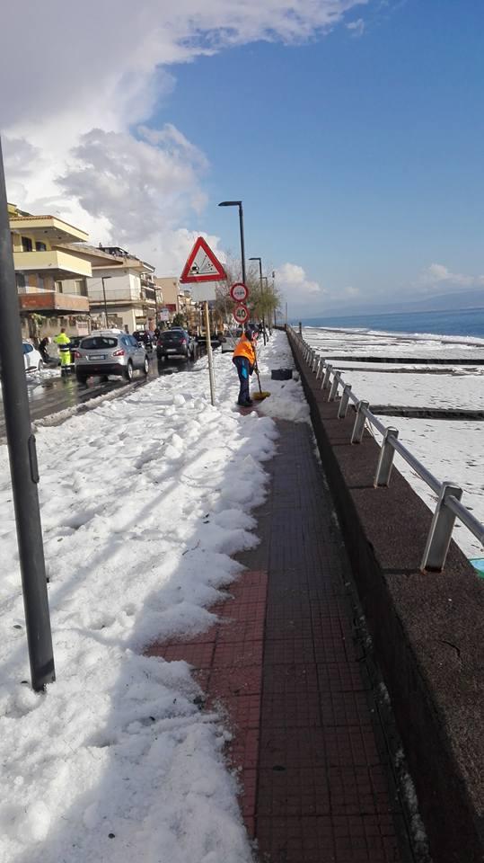 Maltempo sulla costa jonica, spiagge imbiancate a Furci Siculo e Roccalumera - FOTO Furci siculo