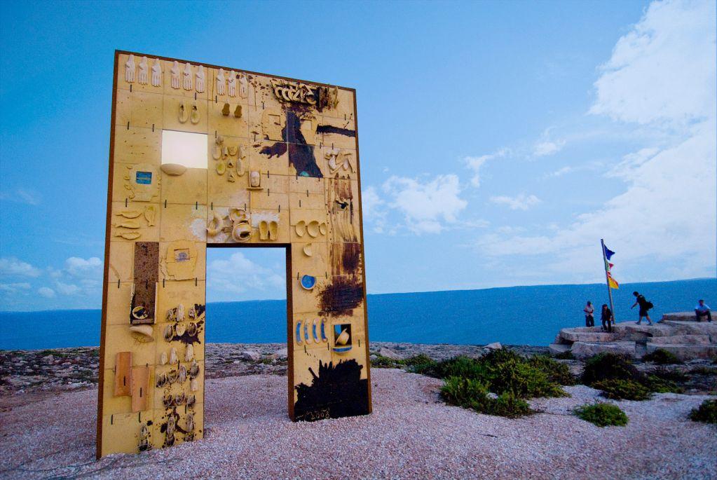 Poste celebra la Porta d'Europa di Lampedusa con un francobollo