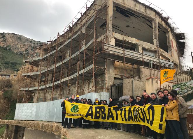 Sit-in di Legambiente per chiedere l'abbattimento dell'ecomostro di Bagheria