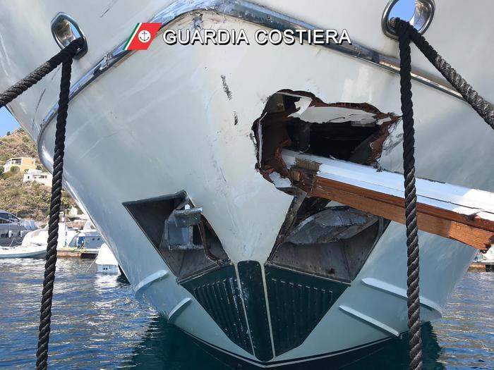 Lipari, traghetto contro yacht: 5 feriti